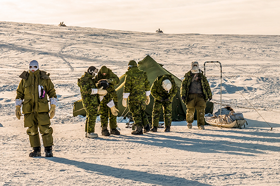 Des membres du Groupe-compagnie d'intervention dans l'Arctique participent le 24 mars 2017 à l'exercice NOREX 2017 tenu à Resolute Bay, au Nunavut. Photo : Matelot de 3e classe Albert Domingo, Affaires publiques de la 4e Division du Canada