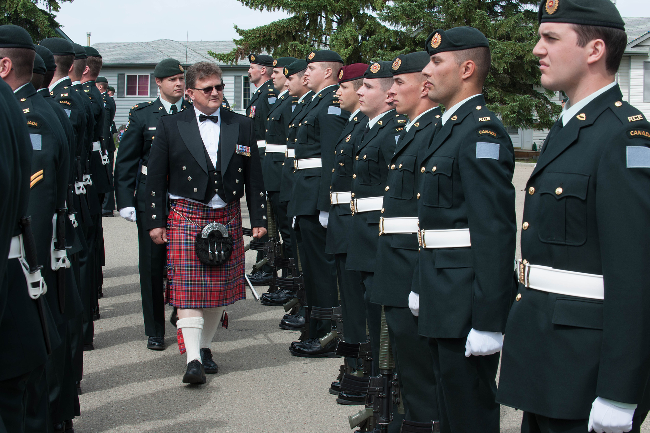 Le maire Randy Boyd inspecte les soldats lors des cérémonies de Freedom of the City
