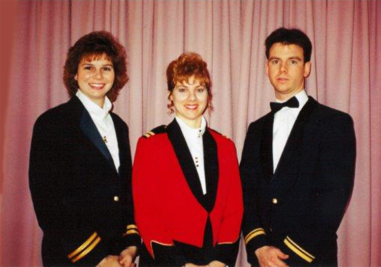 Le capitaine Lisa Noonan de l'Armée canadienne, officier de sélection du personnel de l'escadre, participe à un dîner militaire à Ottawa, en Ontario, avec des collègues de l'Aviation royale canadienne en 1993. 