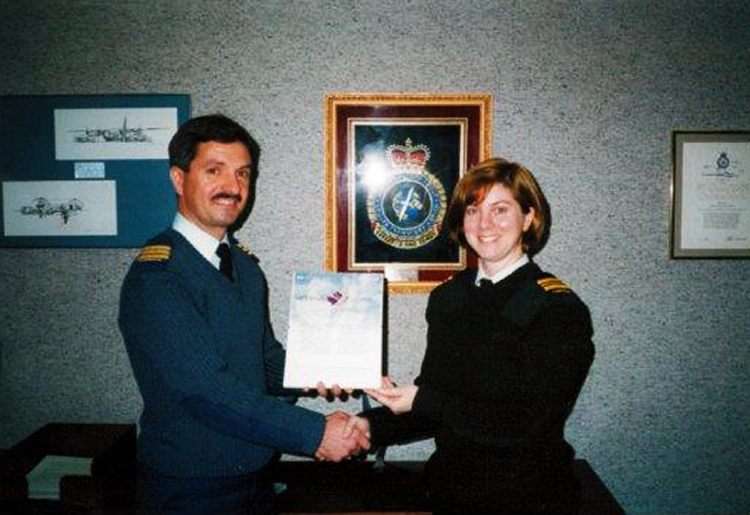 Le major Lisa Noonan reçoit une mention élogieuse pour le développement du Système d'évaluation du personnel des Forces canadiennes à Ottawa, en Ontario, en 1998.