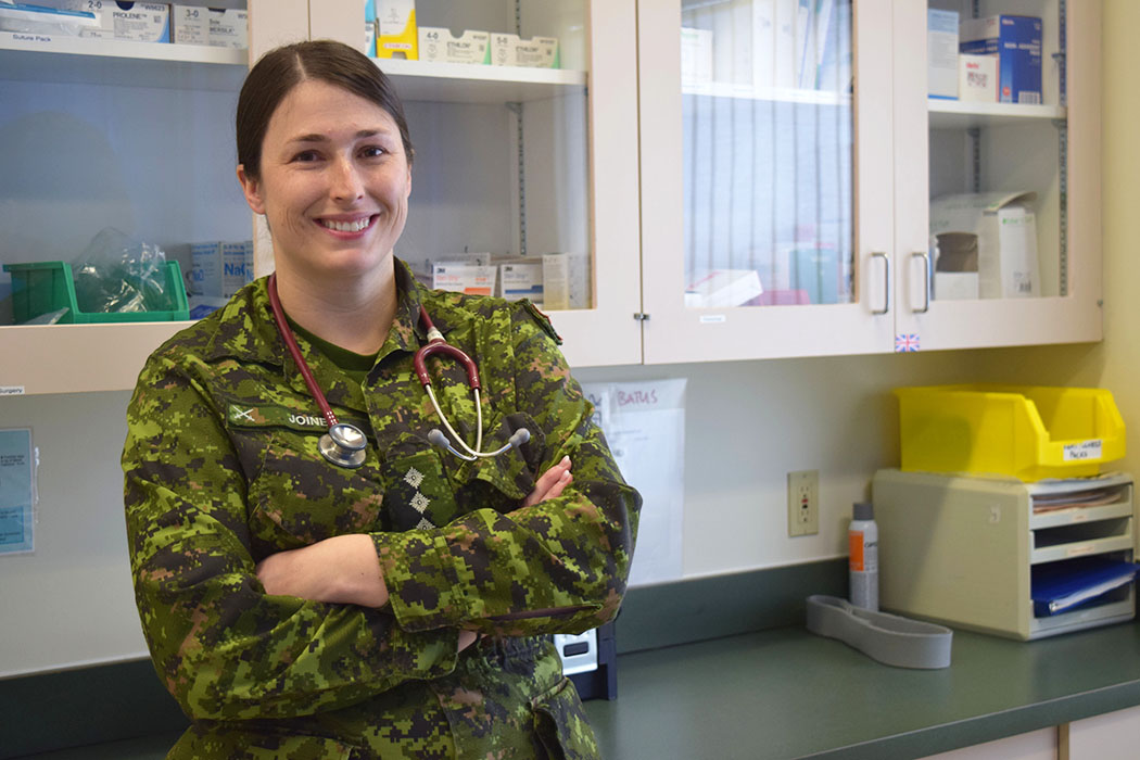 Le capitaine Meghan Joiner, médecin-chef de la Base des Forces canadiennes Suffield